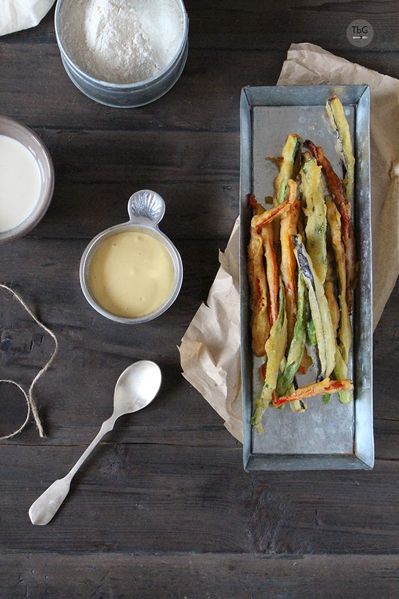 Vegetales en tempura con dip de soja.