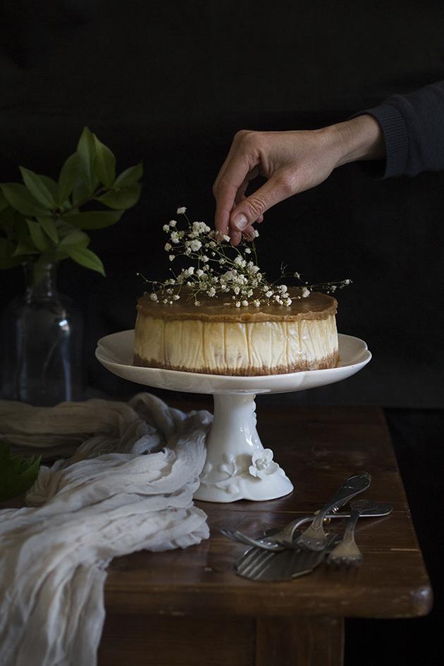 Receta de tarta de queso con glaseado butterscotch.