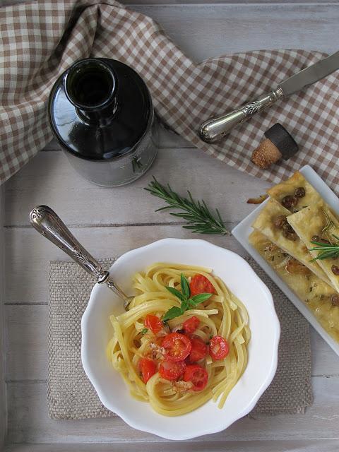 Pasta con romero, albahaca y focaccia.